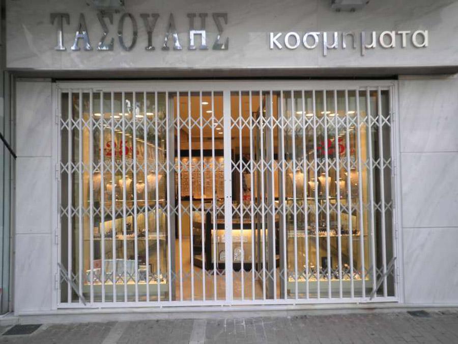 Viometaloumin retractable security doors security bars for Front door security bar